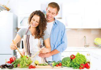 romantic-couple-foiod-diet-salad-weight-loss-diet-idea