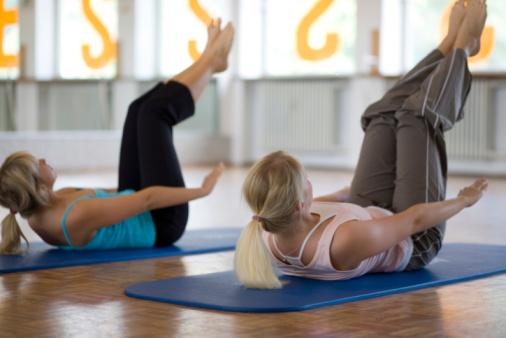 blonde women train her abdominals