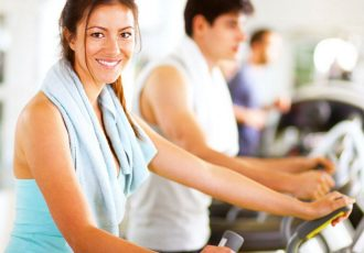 Group-of-people-exercising-in-gym